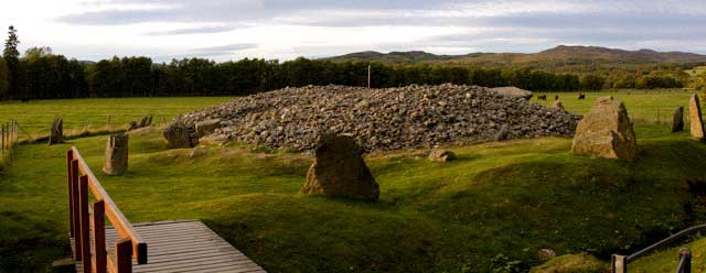 Corrimony cairn - a view of the surrounding stones and the cairn